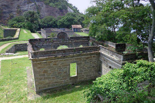 Ruinas de las antiguas edificaciones Fuerte de Sao Luiz Niteroi Rio de Janeiro fuerte do pico