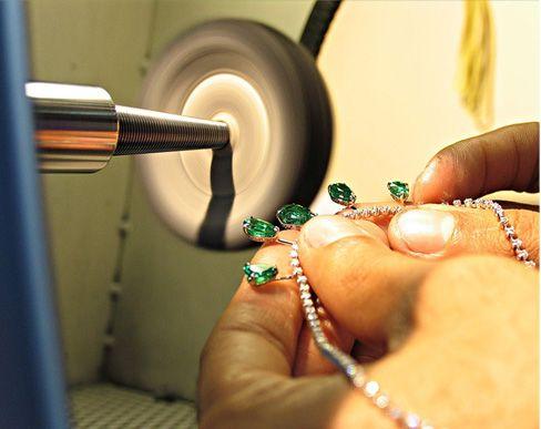 Proceso de pulido de un collar de esmeraldas Museo H Stern Rio de Janeiro