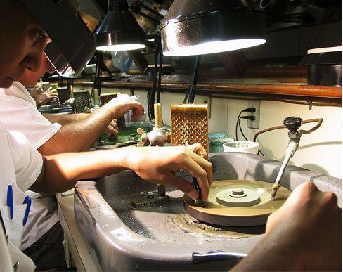 Artesanos puliendo las gemas Museo H Stern Rio de Janeiro