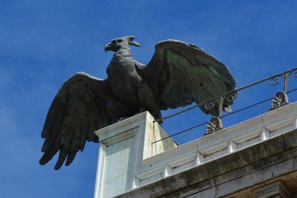 Detalle de una de las águilas que coronan el palacio Catete Rio de Janeiro Museo de la Republica