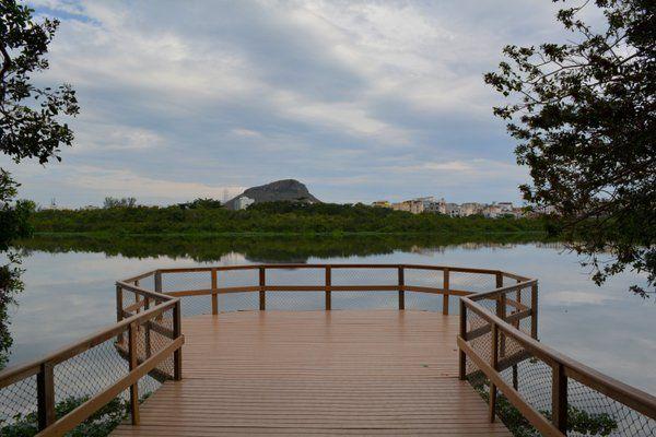 Plataforma de observación sobre la laguna Parque Chico Mendes Rio de Janeiro