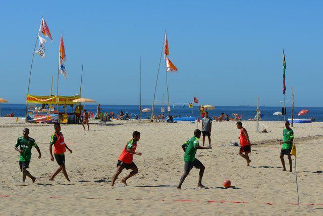 Partido de fútbol en la arena de la playa de Copacabana Rio de Janeiro