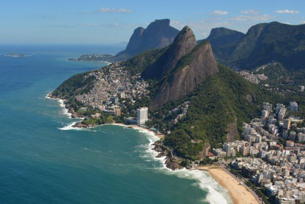 Vista aérea del peñasco Dois Irmaos Parque Dois Irmaos Rio de Janeiro