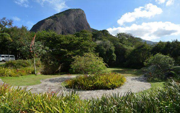 """Zona ajardinada con el """"hermano menor"""" de fondo parque Dois Irmaos Rio de Janeiro"""