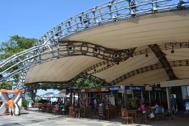 Terraza con tiendas y puestos de comidas en el morro de Urca Pan de Azucar Rio de Janeiro Brasil
