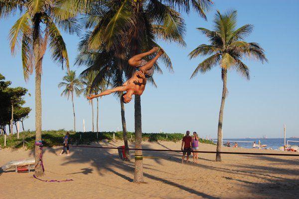Jóvenes practicando slackline en la playa de Ipanema Rio de janeiro
