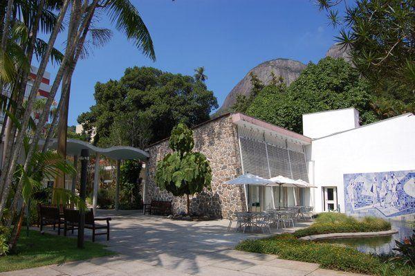 Vista de la tienda, la terraza y el estanque Instituo Moreira Salles Rio de Janeiro