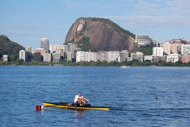 Piragüista entrenando en la laguna Rodrigo de Freitas Rio de Janeiro