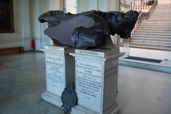 """El llamado """"Meteorito de Bendego"""" da la bienvenida al Museo Nacional UFRJ Rio de Janeiro"""