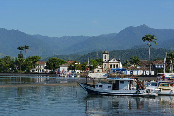 Vista de la Iglesia de Santa Rita desde el muelle Paraty Rio de Janeiro