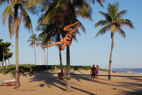 Maniobra acrobática sobre la cinta slackline en rio de janeiro
