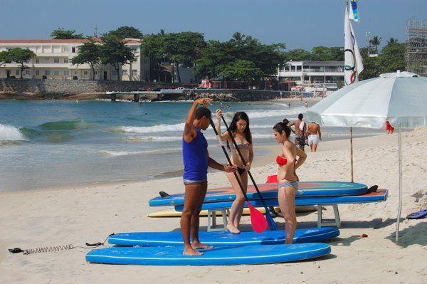 Clases de stand up paddle sobre la arena de Copacabana stand up paddle rio de janeiro