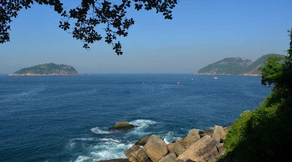 Vista de la Isla Cotonduba a la izquierda y el Fuerte de Leme a la derecha trekking pan de azucar rio de janeiro