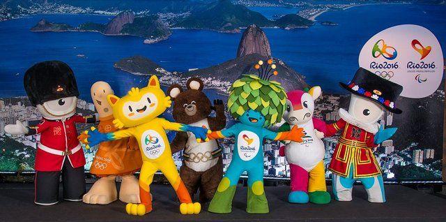 mascostas de Rio 2016 acompañadas de las mascotas de ediciones anteriores de los Juegos Olimpicos