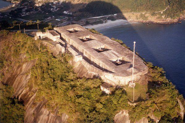 Vista aérea del búnker y los cañones situados en el Morro do Pico fuerte de Sao Luiz Niteroi Rio de Janeiro fuerte do pico