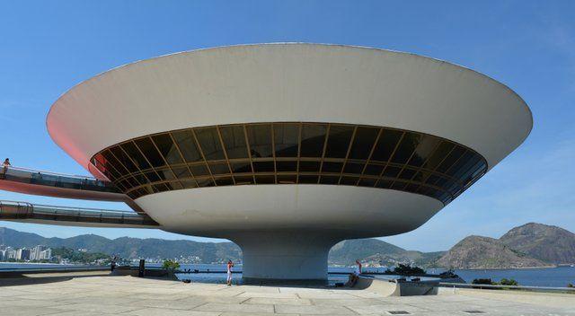 Vista frontal del museo MAC Niteroi de Niemeyer Museo de Arte Contemporaneo Rio de Janeiro