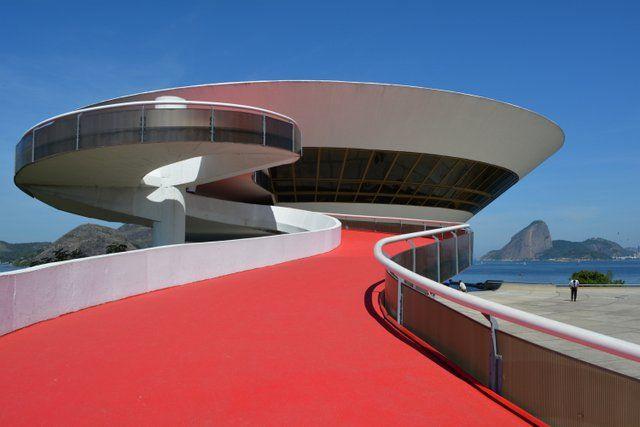 Rampa roja de acceso al museo MAC Niteroi Rio de Janeiro Museo de Arte Contemporaneo
