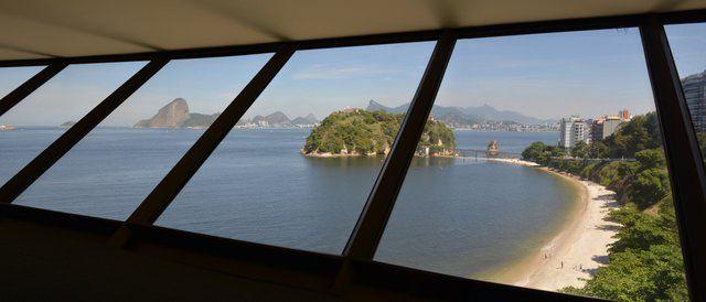 Vistas desde el interior del MAC Niteroi Museo de Arte Contemporaneo Rio de Janeiro