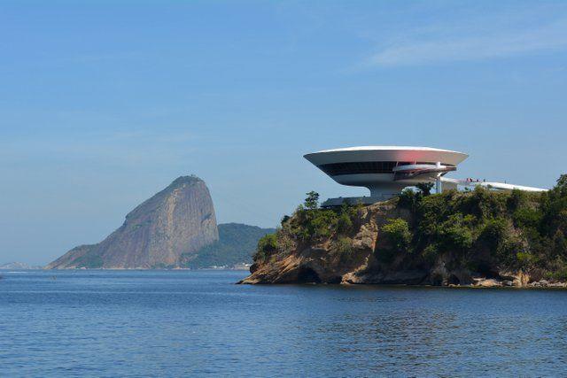 Vista del MAC NIteroi con el Pan de Azucar al fondo Rio de Janeiro Museo de Arte Contemporaneo