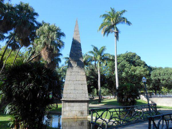 Piramide junto al canal del Passeio Publico Rio de Janeiro