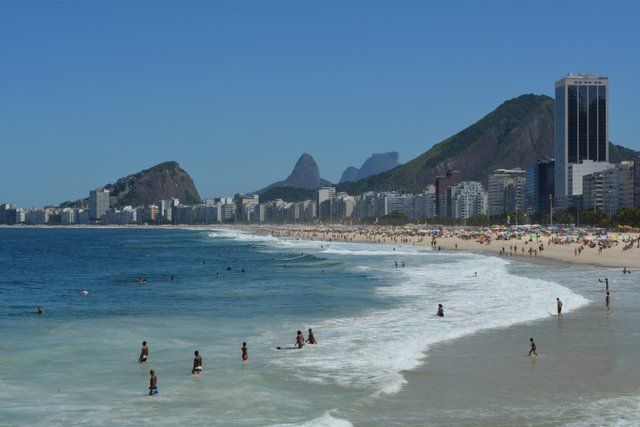 Bañistas en la playa de Copacabana Rio de Janeiro