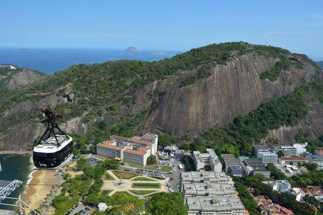 Cabina ascendiendo al morro de Urca Pan de Azucar Rio de Janeiro Brasil