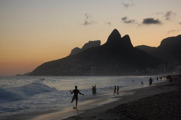 Jugando al fútbol en la playa de Leblon al atardecer Rio de Janeiro