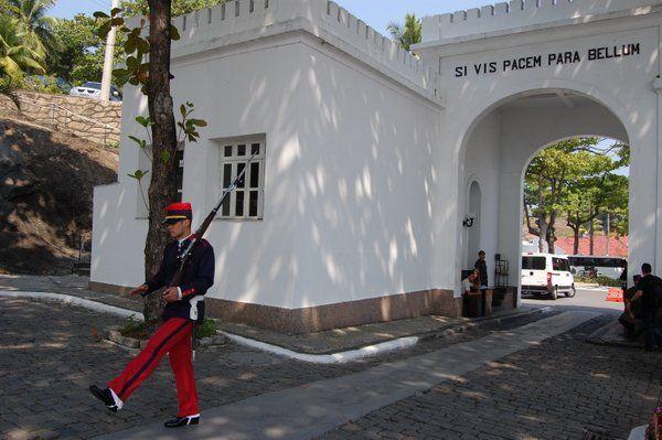 Cambio de guardia en el arco de entrada Fuerte de Copacabana Rio de Janeiro