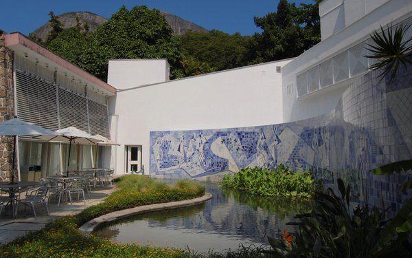 Terraza frente al estanque decorado con azulejos Intituto Moreira Salles Rio de Janeiro