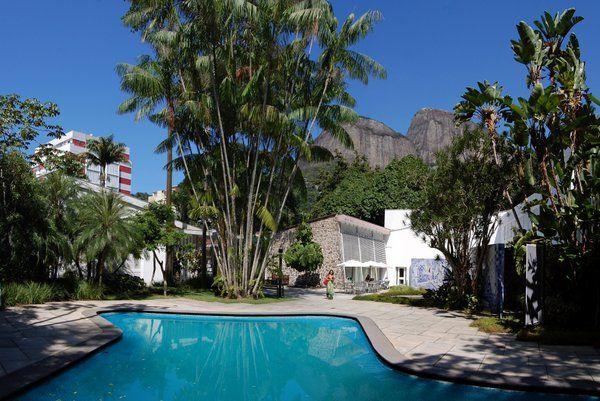 Vista de la piscina y los jardines del Instituto Moreira Salles Rio de Janeiro