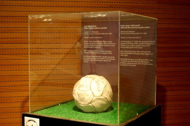 Balon con el que Pele marco su gol numero mil estadio Maracana Rio de Janeiro