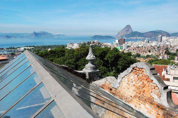 Magnífica vista del Pan de Azucar desde el piso superior Parque das Ruinas Rio de Janeiro