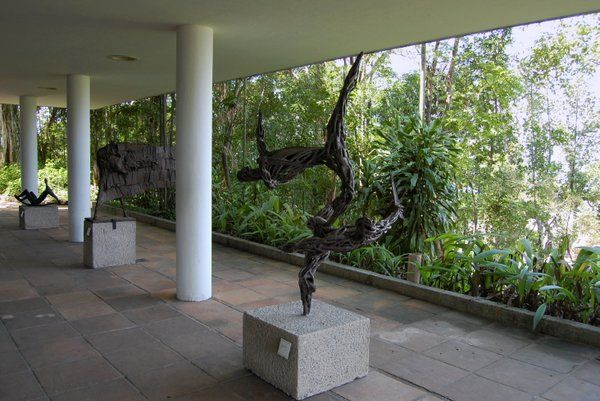Esculturas de arte moderno en el porche de la casa museo Chacara do Ceu Rio de Janeiro