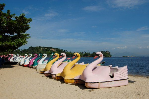 Barcas de pedales en forma de cisne Isla de Paqueta Rio de Janeiro