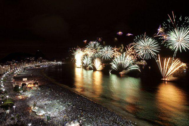 Fuegos artificiales en la playa de Copacabana Reveillon Rio de Janeiro