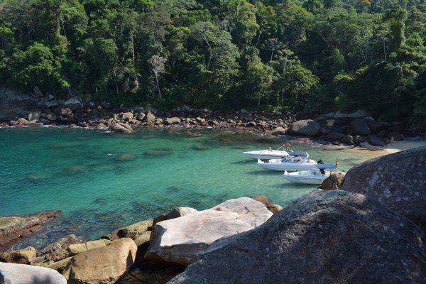 Aguas transparentes y turquesas en una pequeña cala Ilha Grande Isla Grande Rio de Janeiro