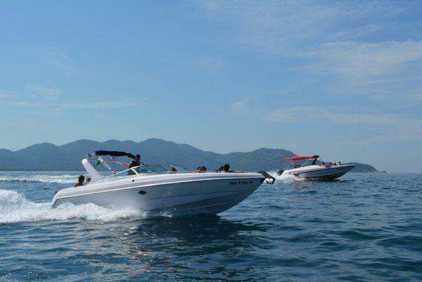 Barcas motoras llevan a los turistas a las diferentes playas de la isla grande ilha grande rio de janeiro