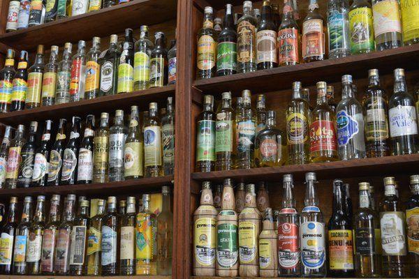 Estanterías con decenas de botellas de cachaça diferentes Paraty Rio de Janeiro