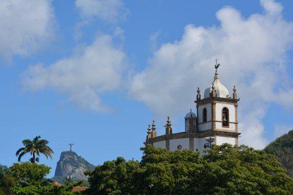 Vista de la iglesia Outeiro da Gloria con el Cristo Redentor al fondo Rio de Janeiro