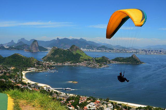 Impresionante vuelo en parapente desde el Parque da Cidade Niteroi Rio de Janeiro