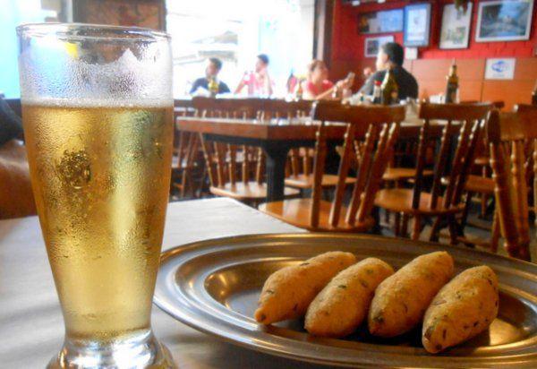 Bolinhos de bacalao con cerveza fría: la combinación perfecta comida tipica de rio de janeiro gastronomia