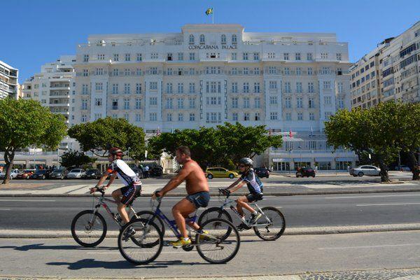 Ciclistas delante del Copacabana Palace Ciclismo Rio de Janeiro
