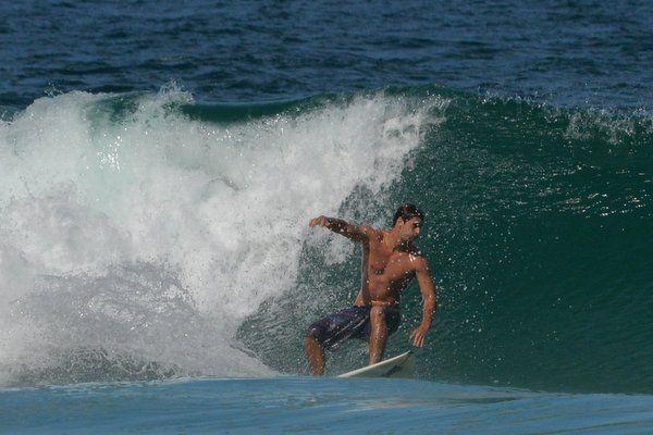 Surfista en la playa de Sao Conrado surf en rio de janeiro