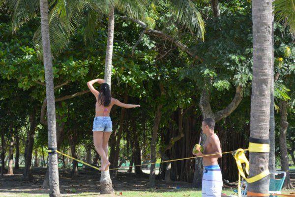 Chica practicando en la playa de Flamengo Slackline en Rio de janeiro