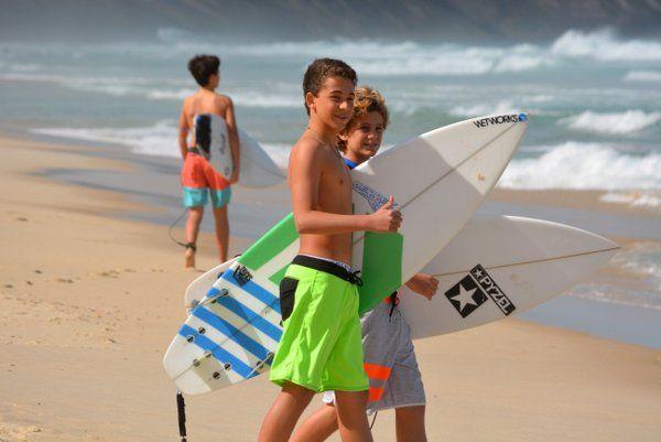 Jóvenes surfistas dispuestos a enfrentar la olas surf rio de janeiro