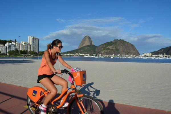 Usuaria de Bike Rio en la playa de Botafogo Bike Rio de Janeiro