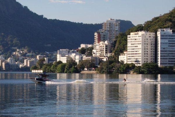 Esqui acuatico en Rio de Janeiro Practicando el esquí acuático en la Laguna Rodrigo de Freitas