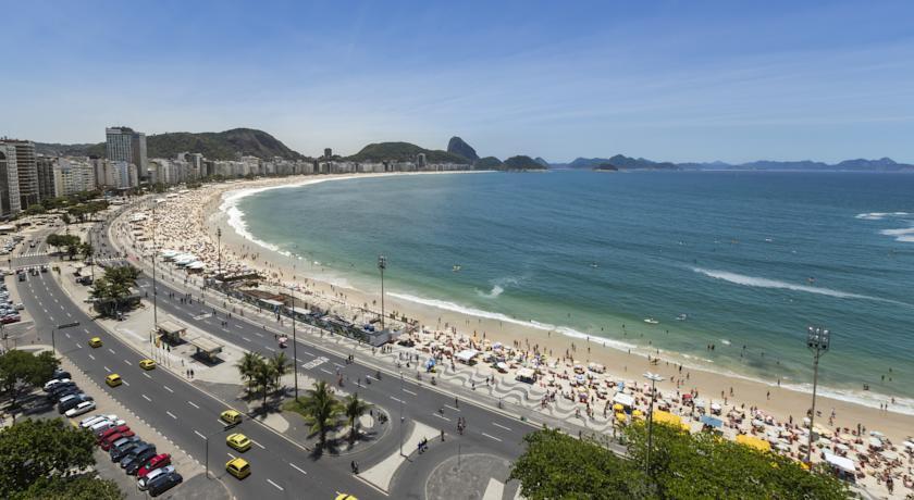 Vista de la playa de Copacabana con el Pan de Azúcar al fondo alojamientos en Copacabana y Leme Rio de Janeiro
