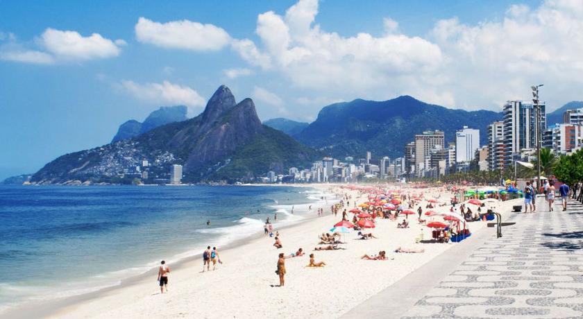Vista de la playa de Ipanema con el peñasco Dois Irmaos al fondo alojamiento en ipanema y leblon Rio de Janeiro