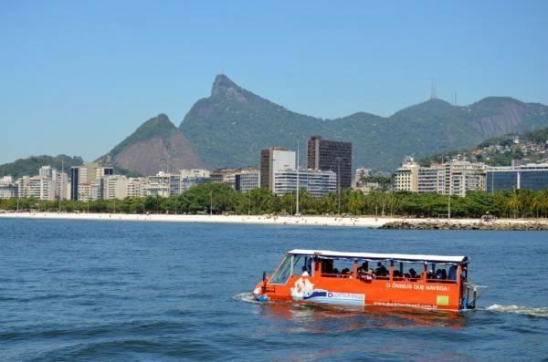 Vehículo anfibio navegando por la bahía de Guanabara Tour anfibio en Rio de Janeiro